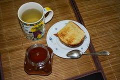 Un pedazo de pan con la miel para el desayuno fotos de archivo libres de regalías