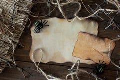 Un pedazo de papel viejo con una araña en Halloween Foto de archivo