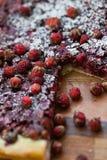 Un pedazo de torta con las fresas Fotografía de archivo