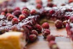 Un pedazo de torta con las fresas Imagenes de archivo