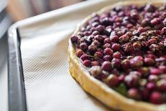 Un pedazo de torta con las fresas Imagen de archivo