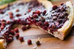 Un pedazo de torta con las fresas Fotografía de archivo libre de regalías