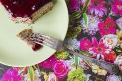 Un pedazo de torta de la cereza de la amapola en una placa imagenes de archivo
