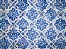 Un pedazo de una baldosa cerámica floral azul vieja en Portugal Imágenes de archivo libres de regalías