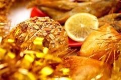 Un pedazo de una empanada de los pescados, de pescados fritos y de un limón Foto de archivo libre de regalías