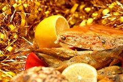 Un pedazo de una empanada de los pescados, de pescados fritos y de un limón Fotos de archivo libres de regalías