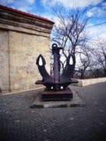 Un pedestal embarcado náutico del ancla del parque imagen de archivo libre de regalías