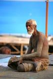 Un pellegrino maggiore, Vanarasi, India Fotografia Stock