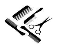 Un pelo scissors y cuatro peines. Imagen de archivo libre de regalías