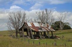 Un penchement jeté vieux par bois de construction plus de Photographie stock libre de droits