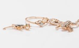 Un pendant d'or sous forme de tortues, les lézards et les grenouilles sont alo Photo stock