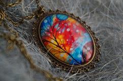 Un pendente con un disegno di autunno immagine stock libera da diritti