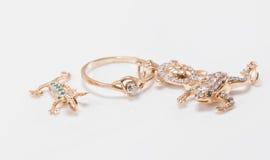 Un pendente dell'oro sotto forma di tartarughe, le lucertole e le rane sono alo Fotografie Stock