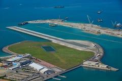Un pequeño aeropuerto en la isla artificial imágenes de archivo libres de regalías