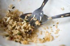Un pequeño arroz cocinado con una cuchara y una bifurcación Imagen de archivo libre de regalías