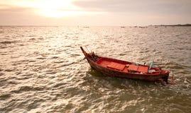 Un pequeño barco de pesca de madera que flota en el mar Fotos de archivo libres de regalías