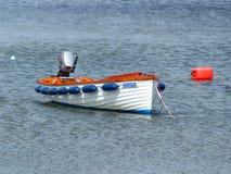 Un pequeño barco de placer abierto amarró en una pequeña ensenada cerca de Donaghadee en condado abajo en Irlanda del Norte Imagenes de archivo