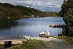 Un pequeño barco de rowing que aguarda uso imagen de archivo libre de regalías