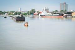 Un pequeño barco del tirón remolcado Imagen de archivo libre de regalías