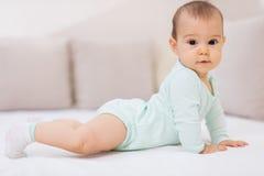 Un pequeño bebé tan feliz Fotos de archivo