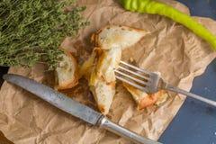 Un pequeño bocadillo con el queso, pimienta fresca verde Foto de archivo