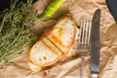 Un pequeño bocadillo con el queso, pimienta fresca verde Imagen de archivo