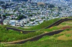 Un pequeño coche amarillo que enfoca a lo largo de un camino ascendente fotos de archivo