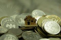Un pequeño concepto de la casa del juguete en las rublos rusas El concepto de ahorros y de aspiraciones Riesgos de inversión foto de archivo libre de regalías