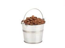 Un pequeño cubo con los granos de café Imagen de archivo libre de regalías