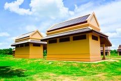 Un pequeño edificio construido en estilo tailandés tradicional imágenes de archivo libres de regalías