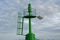Un pequeño faro verde en la entrada del puerto de Formia Italia Fotografía de archivo