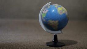 Un pequeño globo, rotación del planeta almacen de metraje de vídeo