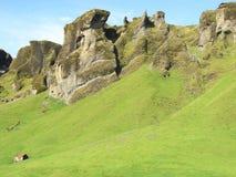 Un pequeño granero en una montaña grande Foto de archivo libre de regalías