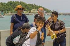 Un pequeño grupo de turistas asiáticos presentaba para la cámara imagenes de archivo