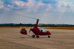 Un pequeño helicóptero rojo fotografía de archivo libre de regalías