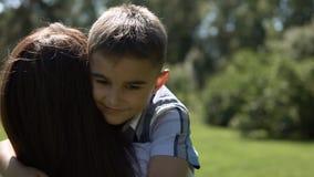 Un pequeño hijo corre a su madre en sus brazos y la abraza Cámara lenta Primer almacen de metraje de vídeo