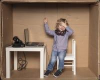 Un pequeño hombre de negocios ase su cabeza, un error costoso fotos de archivo libres de regalías