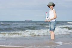 Un pequeño individuo en la playa arenosa Fotografía de archivo libre de regalías