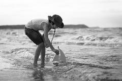 Un pequeño individuo en la playa arenosa Foto de archivo libre de regalías