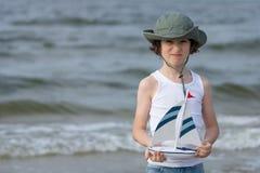 Un pequeño individuo en la playa arenosa Imagen de archivo