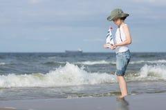 Un pequeño individuo en la playa arenosa Fotos de archivo