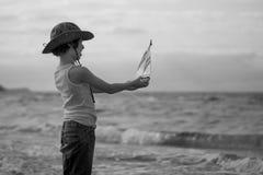 Un pequeño individuo en la playa arenosa Foto de archivo