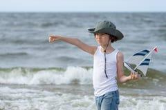 Un pequeño individuo en la playa arenosa Imágenes de archivo libres de regalías
