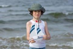 Un pequeño individuo en la playa arenosa Imagen de archivo libre de regalías