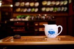 Un pequeño jarro para el té de colada en una ceremonia de té Imágenes de archivo libres de regalías