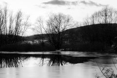 Un pequeño lago Colfiorito, Umbría, en invierno, con hielo en el sur Imagen de archivo libre de regalías
