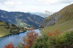 Un pequeño lago de la presa en las montañas de Allgaeu Foto de archivo libre de regalías