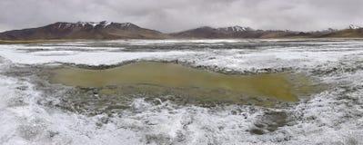 Un pequeño lago en las altas montañas del Himalaya abandona, la India septentrional Fotografía de archivo