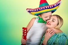 Un pequeño muchacho en un sombrero besa a la mamá en la mejilla Fotografía de archivo