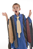 Un pequeño muchacho que finge ser un hombre de negocios. Imagen de archivo